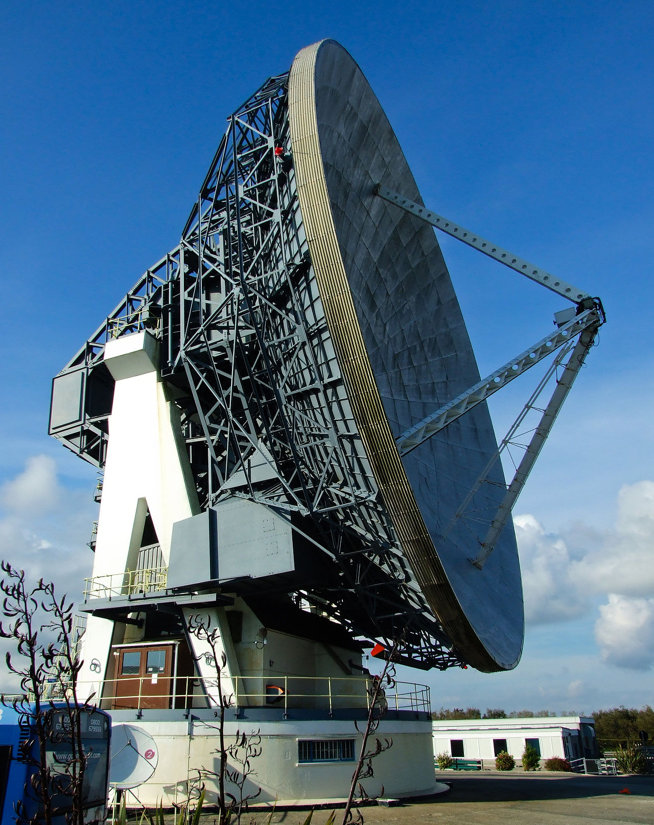 1280px-Goonhilly_Satellite_Earth_Station%2C_Cornwall%2C_England-29Sept2009.jpg