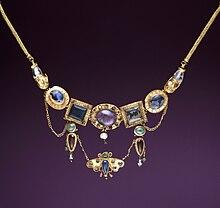c5355be54049 Collar con colgante mariposa del s. I a. C.
