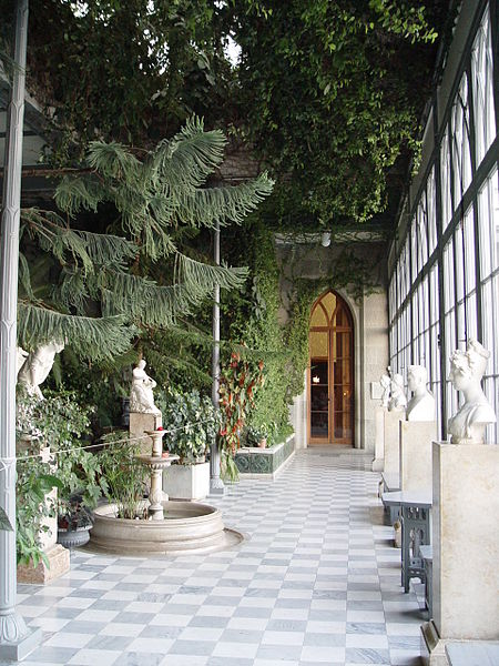 http://upload.wikimedia.org/wikipedia/commons/thumb/7/74/Greenhouse_of_Vorontsovsky_Palace_%28Crimea%29.JPG/450px-Greenhouse_of_Vorontsovsky_Palace_%28Crimea%29.JPG