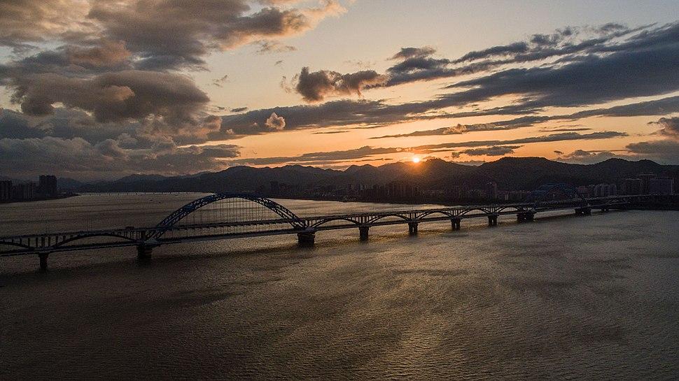Hangzhou-Sunset-Over-the-Qiantang-River