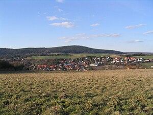 Der Hausberg von Süden. Im Vordergrund der Ort Münster
