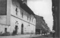 Hauser y Menet (ca. 1910) Alcalá de Henares, calle Mayor y Hospital de Antezana.png