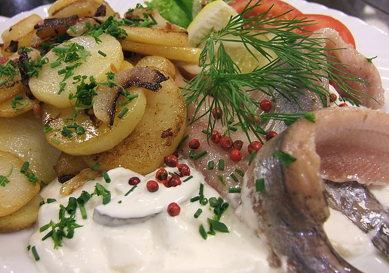 File:Herring with sour cream and onion and fried potato.jpg