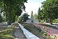 Holovanivsk Lenina and Poshtova Streets intersection Brothery Grave and Monument of WW2 Warriors 03 (YDS 0607).jpg