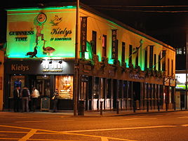 Kiely's pub and Yo Thai restaurant by night