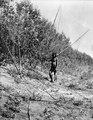 Indian med spärrhåv och fiskfångsten i hand. Rio Pilcomayo, Bolivianska Chaco - SMVK - 004692.tif