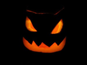 English: A Jack-o'-lantern glowing in the dark.