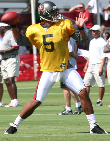 alt=Description de l'image Josh Freeman throwing (cropped).png.
