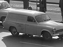 černobílá fotografie jedoucí dodávky