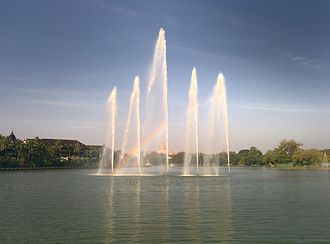 Kandawgyi Lake - Image: Kandawgyilakecentral fountain