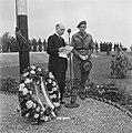 Kranslegging op het soldatenkerkhof Margraten (L) door minister president Wille, Bestanddeelnr 900-4866.jpg