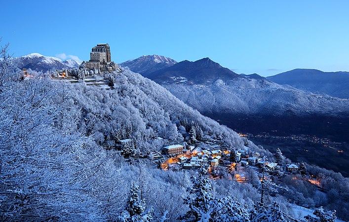 La prima neve sulla Sacra di San Michele.jpg