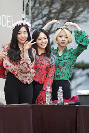 Ladies' Code at a fansign in Shinsegae inMarch 2016 02.jpg