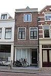 foto van Huis van twee bouwlagen en een kap loodrecht op de straat