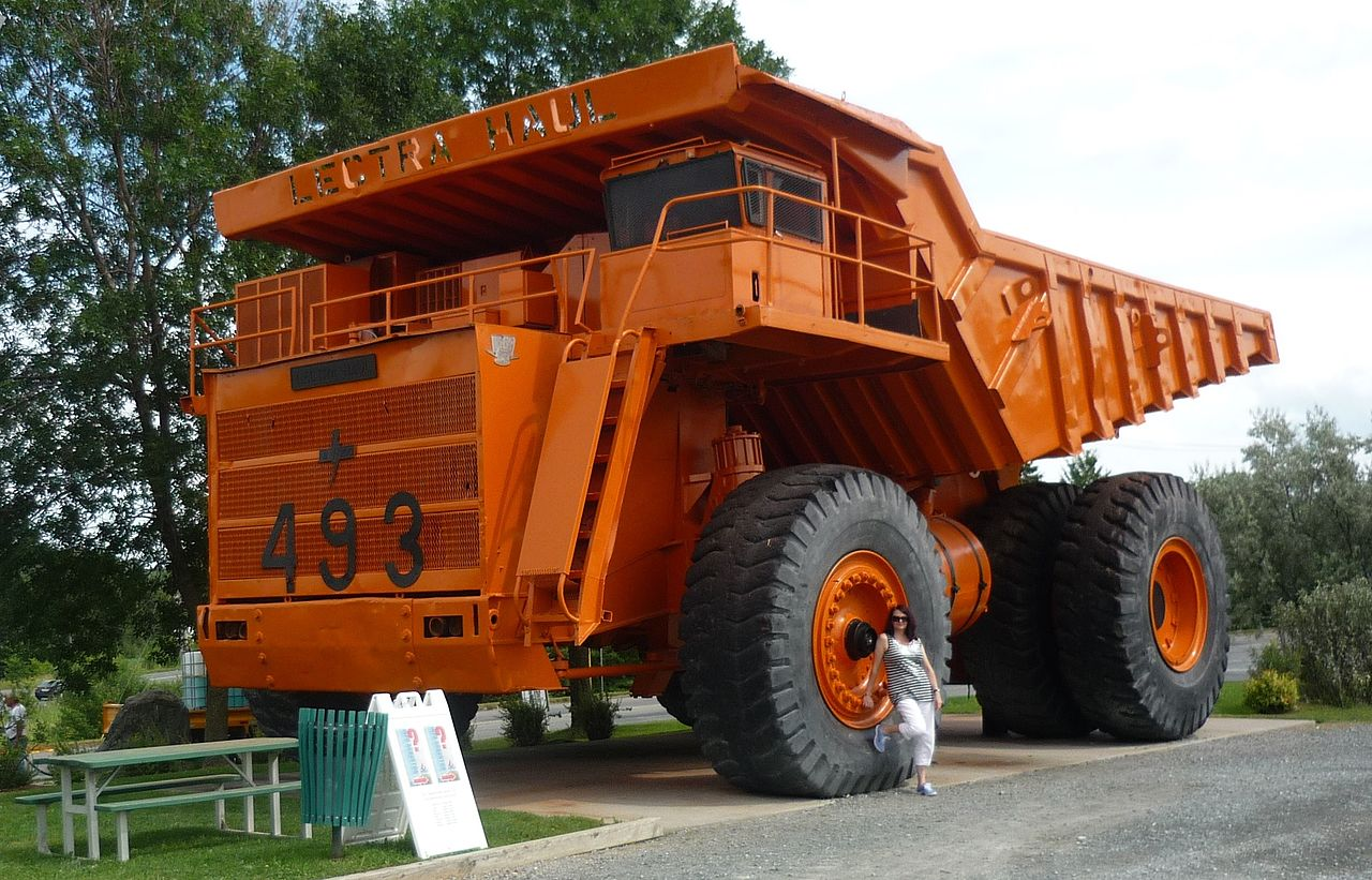File:Lectra Haul giant mining truck-Asbestos, Quebec.jpg - Wikimedia Commons