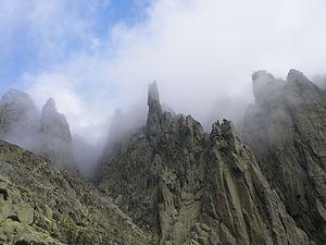 Los Galayos entre nubes.jpg