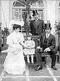 Los abuelos José y Agar, con su hijita María Teresa, acompañados del príncipe de La Glorita en Sucre, 1904.jpg