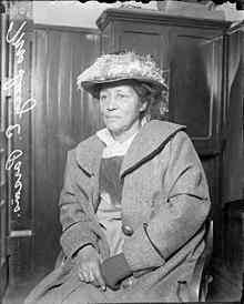 Lucy Parsons en una comisaría de policía en1915debido a las manifestaciones del12 de febrero.