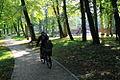 Młochów - rowerzysta w parku pałacowym wczesną jesienią.jpg