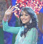 Portrait de Madhuri Dixit, levant la main droite.