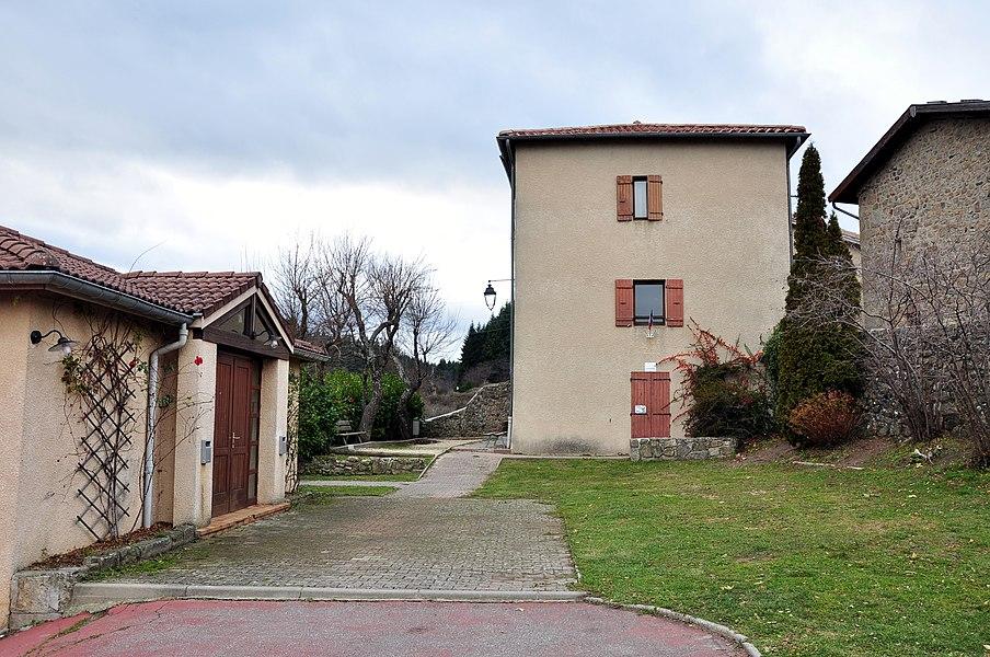 De gauche à droite: salle polyvalente, bibliothèque municipale (RDC) et mairie (1er).