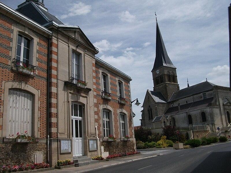 Vue de la Mairie et de l'église de Juvigny.