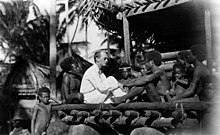 Малиновски са својим испитаницима на антрополошком терену.