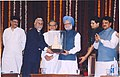 Manmohan Singh being presented a memento of Rajabai Tower by the Vice Chancellor of Mumbai University, Dr. Vijay Khole at the 150th Anniversary Celebrations of the University of Mumbai, Maharashtra on June 22, 2007.jpg