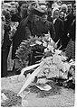 Mannerheim-ristin ritari Lauri Nissisen hautajaistilaisuus. Rouva Nissinen laskee seppeleensä 13.7.1944.jpg