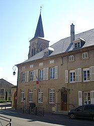 The town hall in Manom