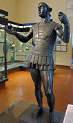 Statue en bronze d'un soldat avec une armure.