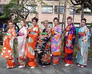 الباس التقليدي في اليابان. كلمة كيمونو في اللغة اليابانية تعني