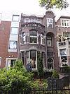foto van Herenhuis met oorspronkelijk smeedijzeren hekwerk rond de voortuin