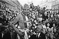 Olympias Toer, winnaar Peter Legierse wordt gehuldigd in Amsterdam Surindenstraa, Bestanddeelnr 922-4481.jpg