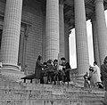 Op de trappen van de Madeleine zoeken kerkgangers geschikte gwijde palmtakken ui, Bestanddeelnr 254-0524.jpg