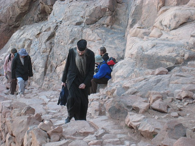 http://upload.wikimedia.org/wikipedia/commons/thumb/7/74/Orthodox_priest_walking_up_Mount_Sinai_%28Egypt%29.jpg/640px-Orthodox_priest_walking_up_Mount_Sinai_%28Egypt%29.jpg?uselang=ru