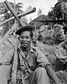 Padang. Een KNIL soldaat (met zwarte baret), Bestanddeelnr 10460.jpg