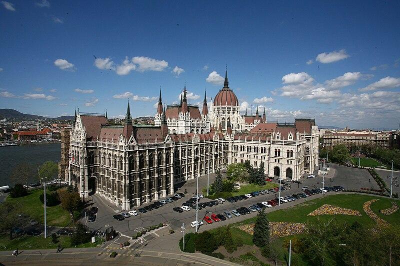 Парламент Угорщини. Фото зроблене з даху будівлі MTESZ (фото Szász Pál, CC-BY-SA-3.0) https://commons.wikimedia.org/wiki/File:Parlament003.jpg