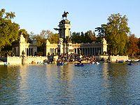 Monumento a Alfonso XIII junto al estanque del Parque del Retiro.
