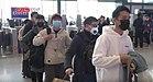 Pasażerowie ustawiają się w kolejce na dworzec kolejowy w Wuhan, aby sprawdzić temperaturę ciała podczas epidemii koronawirusa w Wuhan.jpg