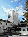 Pfarrkirche Allerheiligen (Innsbruck), Innenhof mit Blick auf Turm.JPG