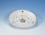 Porslin. Tallrik med blomsterdekor - Hallwylska museet - 89123.tif