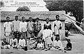 Porteurs de caravanes de Loango et leurs enfants.jpg