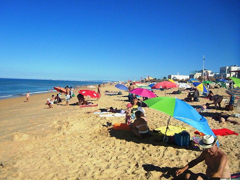 Praia turística em Faro Portugal