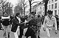 Pro-Vietnam demonstratie in Den Haag , mensen jouwen agent uit, Bestanddeelnr 920-2461.jpg