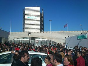 Valencian - Employees demonstrate in front of the RTVV headquarters in Burjassot the day of its closure