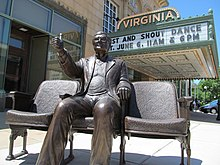 Statuo de Roger Ebert ekster la Virginia Theater.