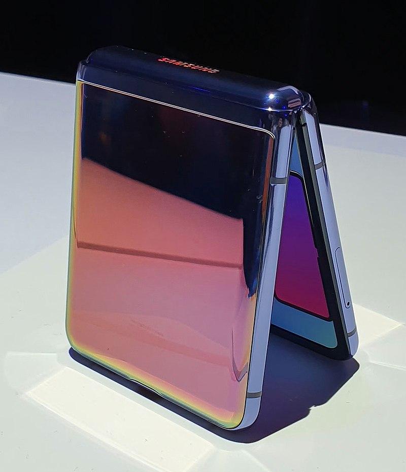 Samsung Galaxy Z Flip closed cr.jpg