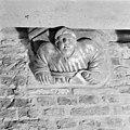 Schalkbeeldje boven pijler 9 - Amsterdam - 20013048 - RCE.jpg