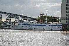 Schleswig-Holstein, Hochdonn, Fähranleger am N-O-Kanal; das Motorschiff Brahe lag dort als Hotelschiff für Wacken Open Air 2015 NIK 5437.jpg